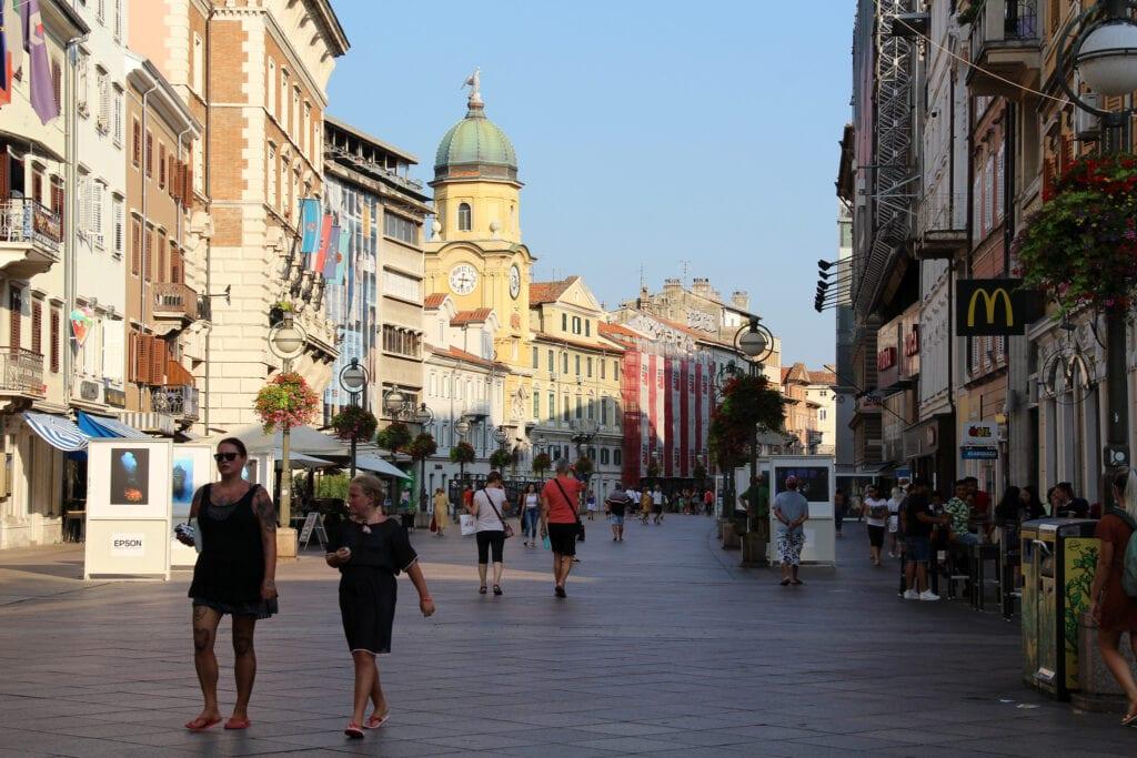 Calle Korso y Torre del Reloj